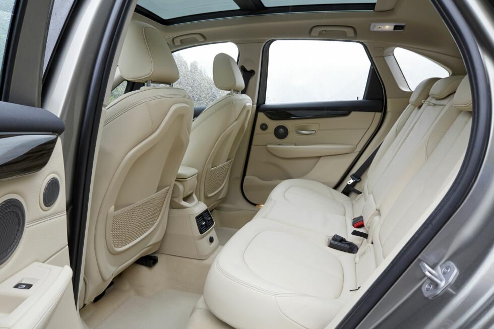<strong><b>ROMSLIG:</strong></b> Bakseteplassen er forbilledlig, her er det god plass for passasjerene. Foto: BMW