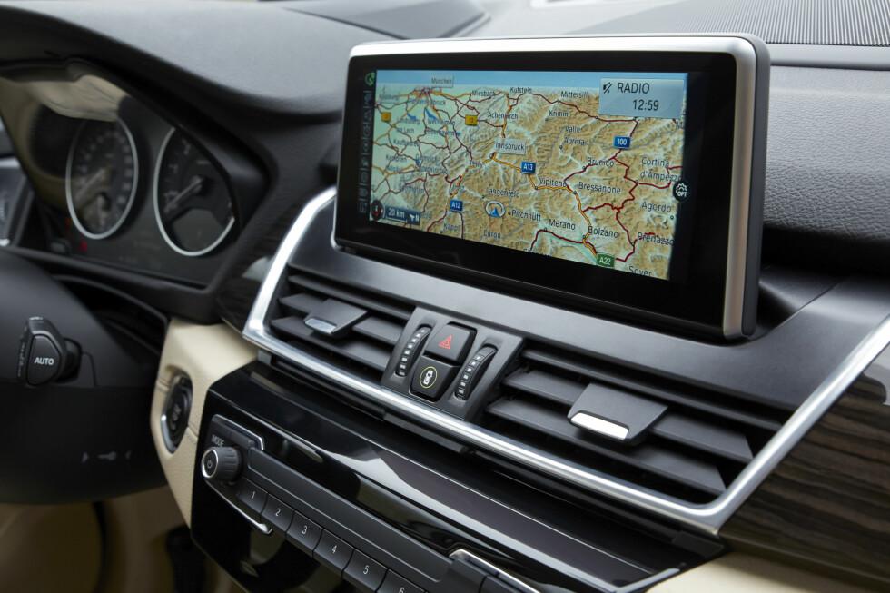 <strong><b>THE BIG SCREEN:</strong></b> Den 8,8 tommer store infoskjermen er av førsteklasses kvalitet. Foto: BMW