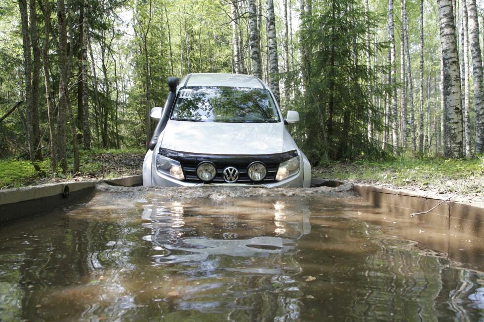 BRYSTSVØMMING Volkswagen MT33 er bilen for deg som vil ekstra langt inn i skogen. Foto: RUNE M. NESHEIM
