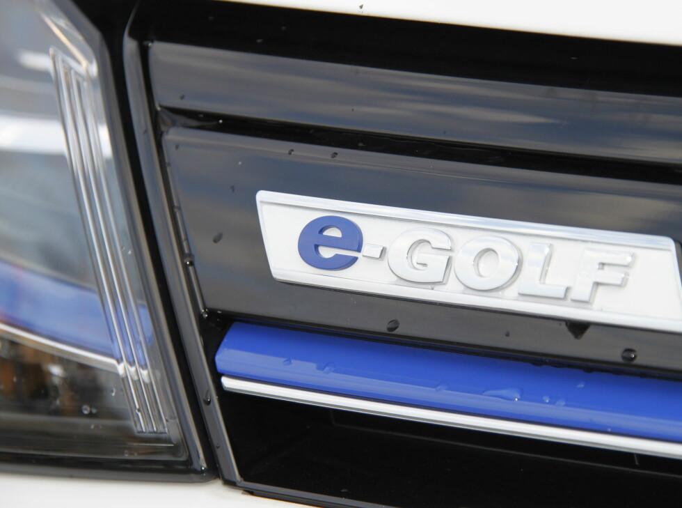 BLÅ: En rekke blå elementer preger e-Golf, blant annet den tverrgående blå stripen i lykter og grill. Foto: RUNE M. NESHEIM