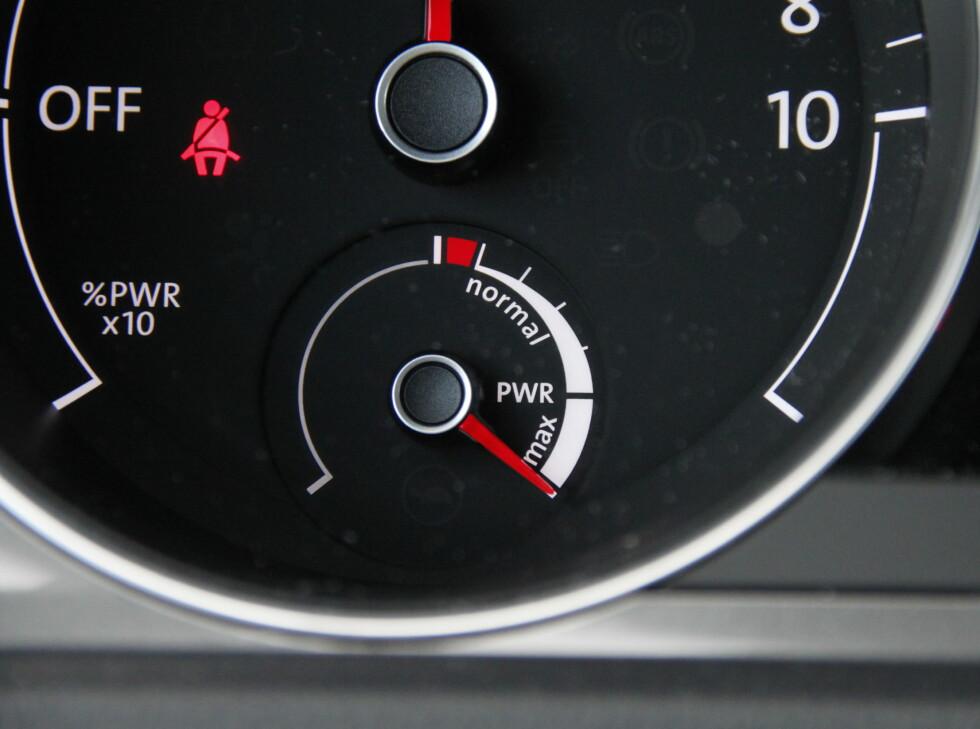 POWAAAH! Den unødvenige måleren forteller deg at du har full batterikapasitet til råkjøring. Den står på max til du nærmer deg sluttkjørt. Foto: RUNE M. NESHEIM