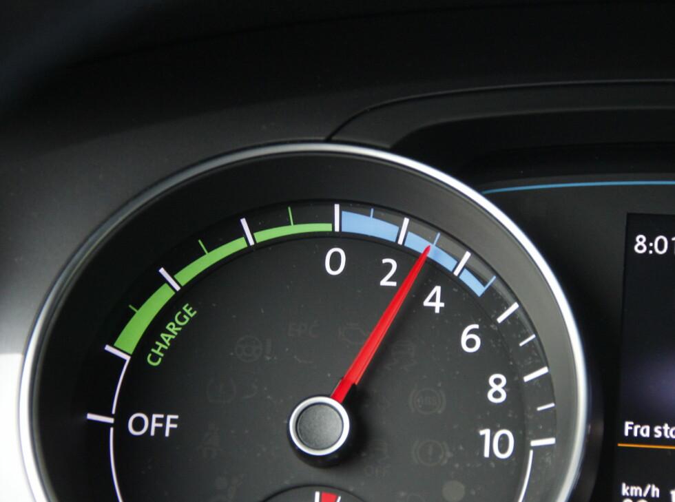 TALLENE DU MÅ LÆRE: Omdreininger pr. minutt erstattes med kW/t x 10. 3 betyr 30 kW/t. Grønt er lading, blått er forbruk. Foto: RUNE M. NESHEIM