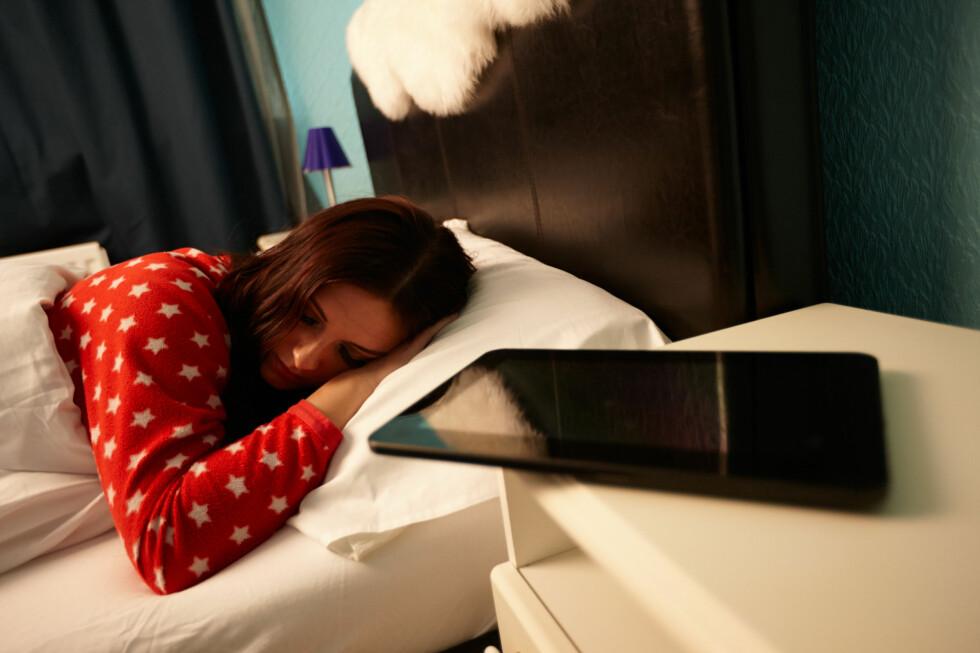 SOVER IKKE: Mobilen og nettbrettet ditt sover ikke selv om du gjør det. Bakgrunnsdata kan spinne natta lang, og er du ikke forsiktig kan regningen bli høy. Spesielt i utlandet.  Foto: ALL OVER PRESS