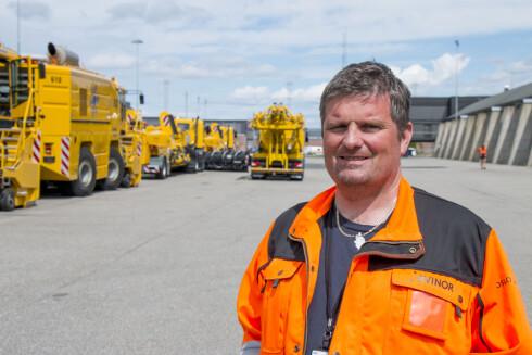 PLASSVEDLIKEHOLD: Thomas Toftevåg er seksjonsleder ved plassvedlikehold på OSL. Foto: PER ERVLAND