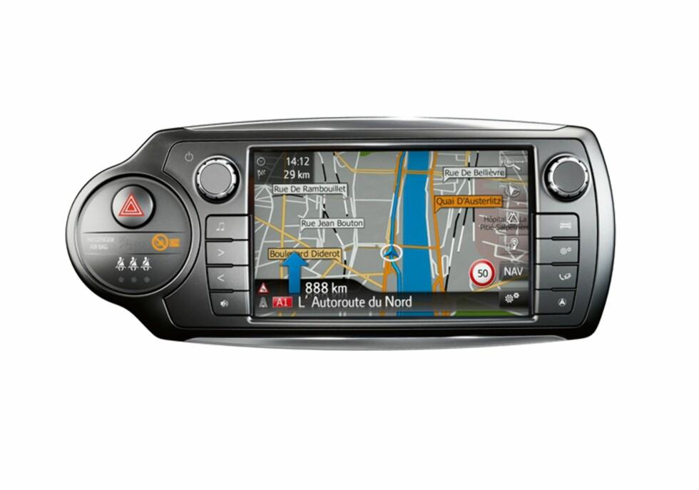 LITT Å GÅ PÅ: Toyotas navigasjon kunne vært enklere å betejene. Den zoomer ikke inn før kryss og både lydnivået og zoombetjeningen er vanskelig å betjene. Foto: TOYOTA