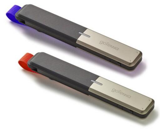 ENKEL I BRUK: goTenna lades med en microUSB-kabel. Skulle du gå tom for strøm på mobilen, lagres meldinene i enheten. Foto: GOTENNA