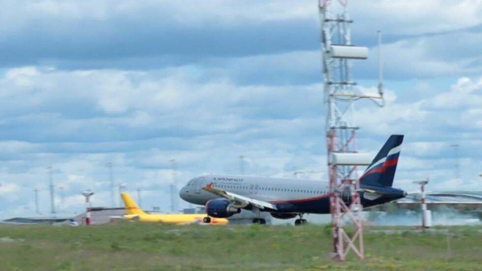 DETTE BLIR DET GUMMI AV: Blårøyken ved landing oppstår  fordi dekkene står stille akkurat idet flyet setter seg på rullebanen.  Da setter det seg gummiavleiringer på banen. Foto: PER ERVLAND