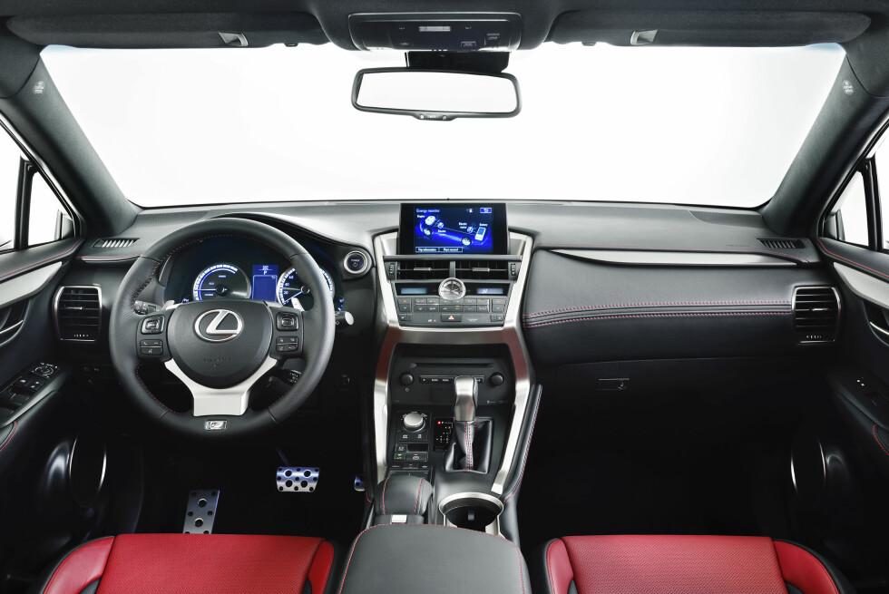"""<strong><B>EN DASH PREMIUM:</strong> </B>Interiøret er intuitivt og pent. Den høye midtko nsollen er bevisst kontruert for å gi """"SUV-følelse"""". Foto: Lexus"""