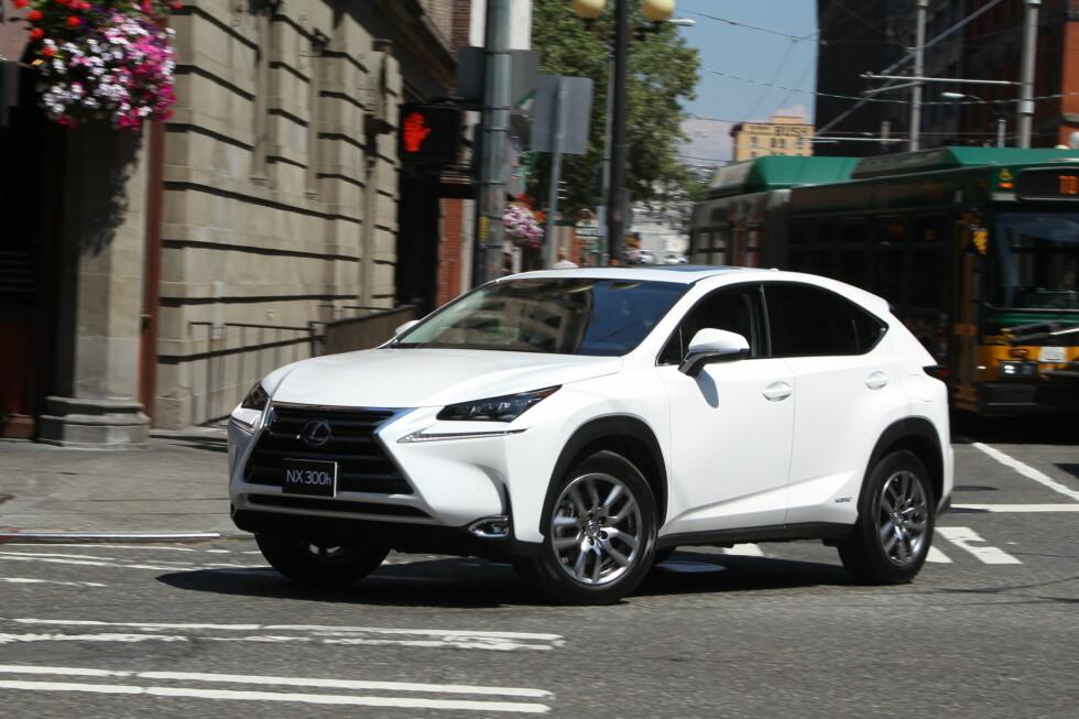 BY-SUV: NX 300h er normalt forhjulsdreven, men sender opptil 50 prosent av tilgjengelig moment til bakhjulene om det trengs. Bakkeklaringen er 18,5 cm. Bilen vi har testet er den amerikanske utgaven med en litt annen front enn den vi får i Europa. Det eneste som skiller er noen små detaljer herl nederst, samt tåkelysene. Foto: Espen Stensrud