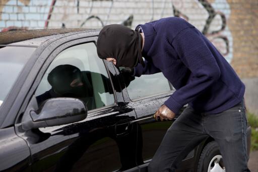 BRUK HODET: Vær nøye på hvor du setter fra deg bilen. Oppsøk steder hvor det er mange mennesker, andre biler og godt opplyst. Foto: Colourbox.com