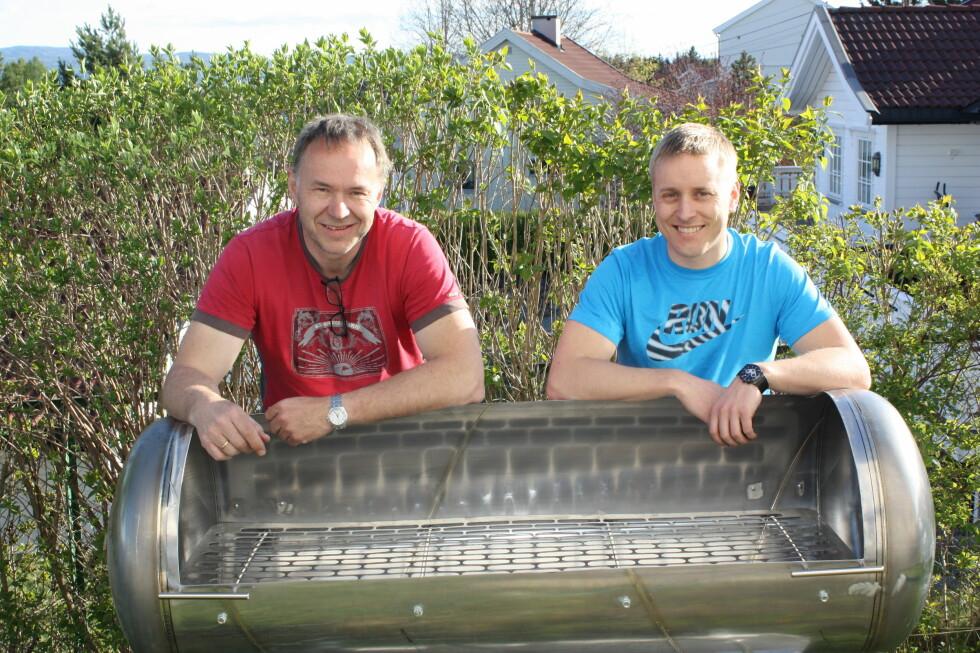 KLAR FOR SOMMERFEST: Knut Olav Knudsen og David Zidjeman bygget sin egen grill av en varmtvannsbereder. Foto: Privat