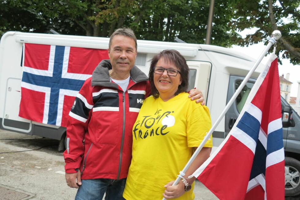 MARKERER: Det er viktig å vise hvem man heier på, noe vi nordmenn er gode til, forteller Wenche og Vegard Sand Foto: Fred Magne Skillebæk