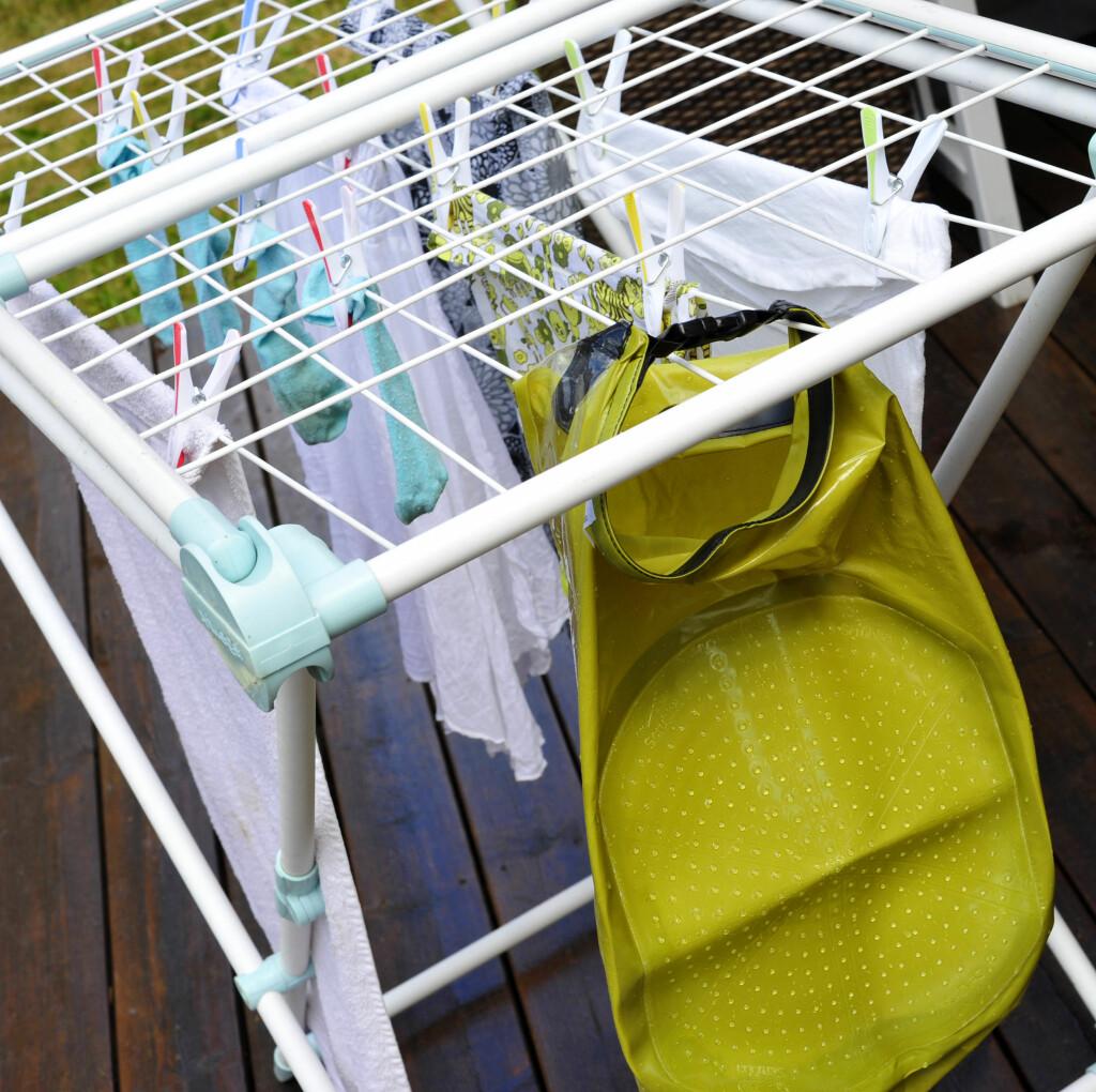 OVERRASKENDE REINT: Du må også tørke vaskesekken etter bruk. Vi er overrasket over at klærne ble såpass rene etter  håndvasken og skrubbingen i vaskesekken. Foto: KRISTIN SØRDAL