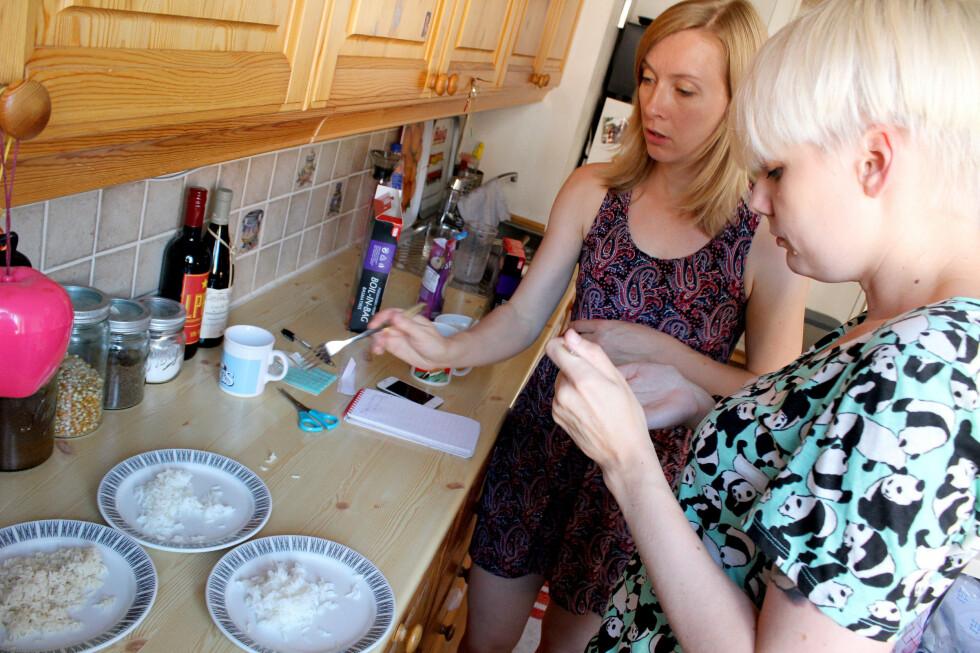 SMAKSTEST: Berit B. Njarga, Kirsti Østvang og undertegnede smakte på risene for å sjekke forskjellen. Den var markant, og Fiks Ferdig Ris ble en klar taper. Foto: OLE PETTER BAUGERØD STOKKE