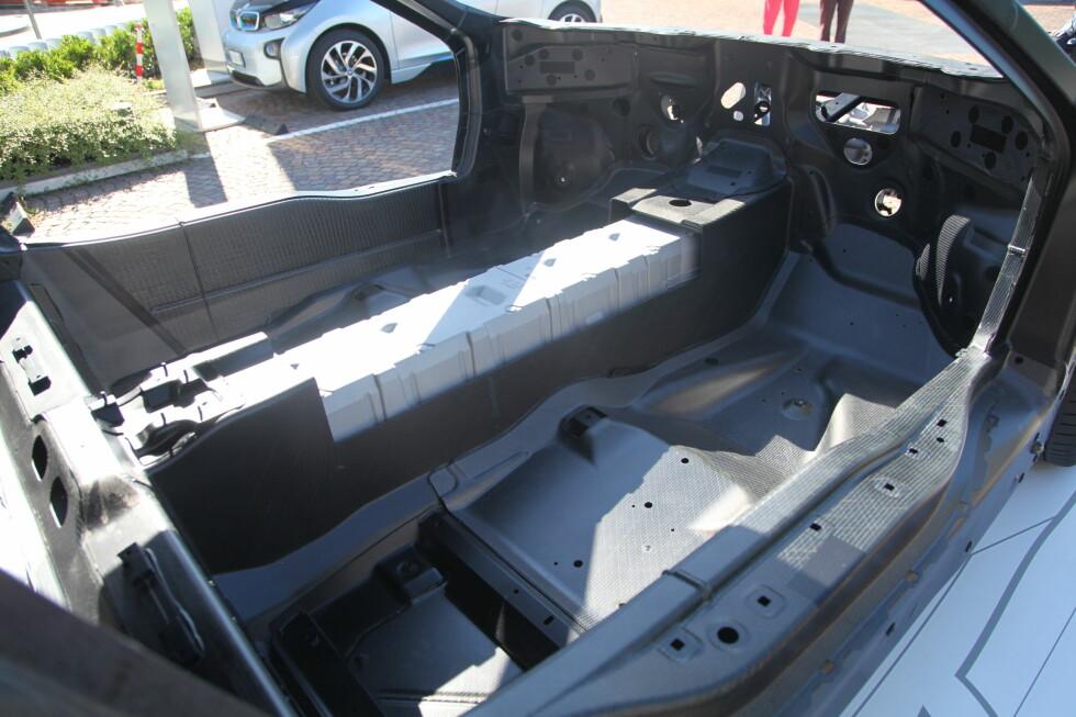 Her ser vi batteripakken plassert i midten av bilen.  Foto: Knut Arne Marcussen
