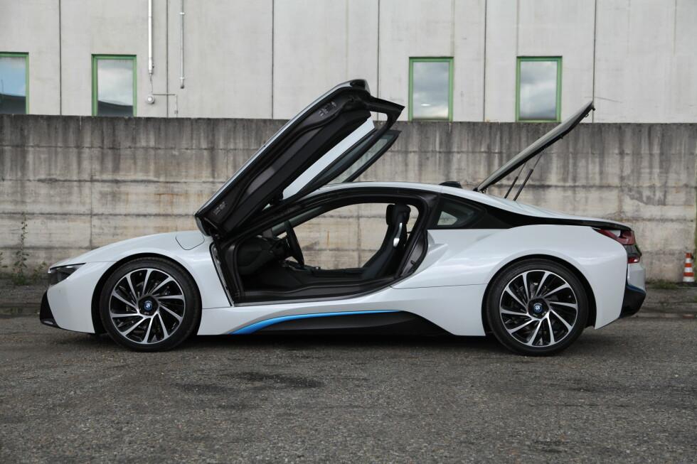 FORANDRER ALT: BMW i8 er morgendagens sportsbil i dag, og får virkelig hodene til å snu seg. Selv der de er vant til å se ekstreme biler. Foto: KNUT ARNE MARCUSSEN