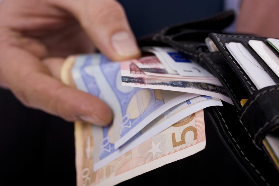 VALUTA? Tar du ut valuta i en norsk minibank, bør du sjekke gebyret først. Men det kan lønne seg å vente til du er i utlandet. Foto: PANTHERMEDIA