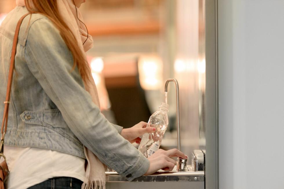 SLIK: Her ser du en av vannstasjonene på Oslo Lufthavn. Her kan du fylle flaska di, så du slipper å kjøpe en ny.  Foto: OSLO LUFTHAVN AS
