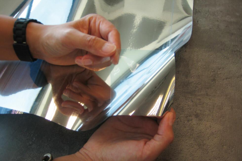 ENVEISSPEIL: Den selvklebende folien fungerer som et enveisspeil når det er store lysforskjeller inne og ute, og reflekterer bort både lys- og varmestråler.  Foto: IFI.NO