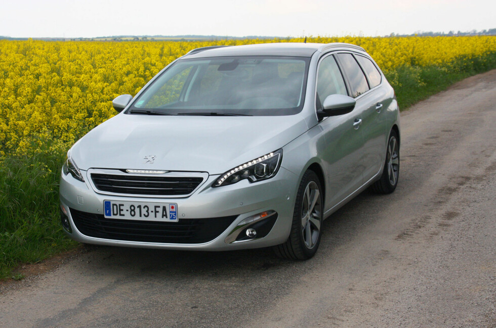 <strong><b>EN VINNER:</strong></b> Peugeot 308 (her i den kommende stasjonsvogn-versjonen), gjør at Peugeot løfter seg igjen her i landet. Hittil i år er det solgt nesten 900 stykker - en nidobling fra i fjor. Foto: KNUT MOBERG