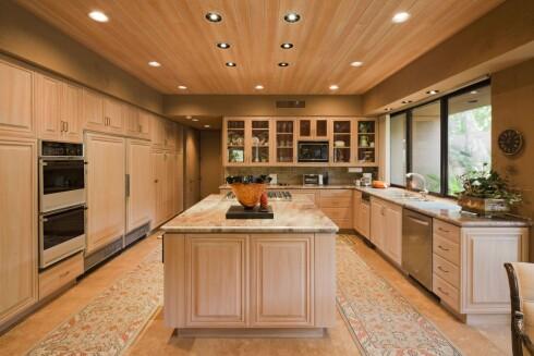 MARMOR: Her er både kjøkkenbenk og gulv i marmor. Merk smart løper på gulvet. Foto: ALL OVER PRESS