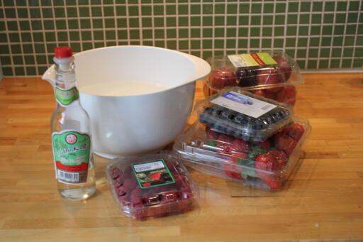 RENE BÆR: Eddik kan brukes til mye, blant annet er eddikbad fint for å vaske frukt og bær, og som en bonus, holder de seg lenger.  Foto: ELISABETH DALSEG
