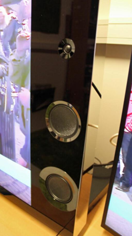 SVÆRT GOD LYD: Sony har flyttet høyttalerne lenger ned for å utnytte det kileformede TV-kabinettet. Resultatet er et stort og bredt lydbilde, som takler høyt volum både når det gjelder tale, film og musikk. Foto: ØYVIND PAULSEN