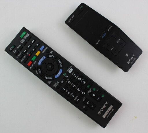 I ESKEN: To fjernkontroller følger med. Foto: ØYVIND PAULSEN