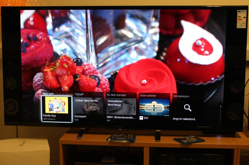 <b>MASSIVT INNTRYKK:</b> 65-tommer å rutte med gjør at Sonys integrering av hva som skjer på andre kanaler, TV-apper og sosiale medier kommer tydelig fram. Foto: ØYVIND PAULSEN