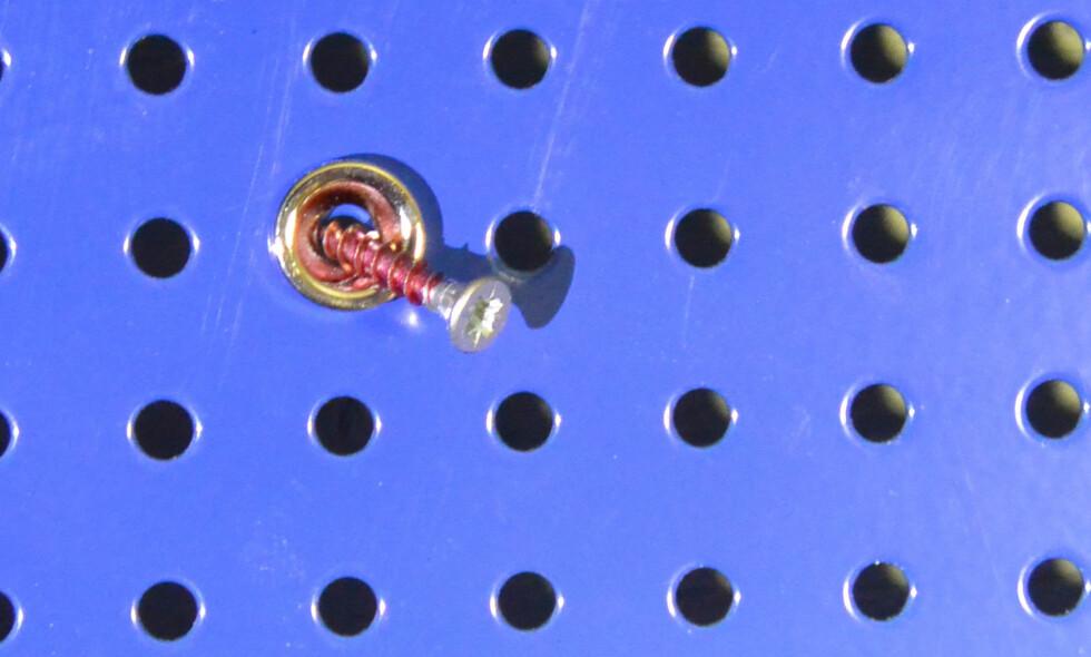 <strong><B>LØSNINGEN:</strong></B> En liten skrue plassert i hullet var alt som skulle til for å holde magneten på plass. Foto: BRYNJULF BLIX