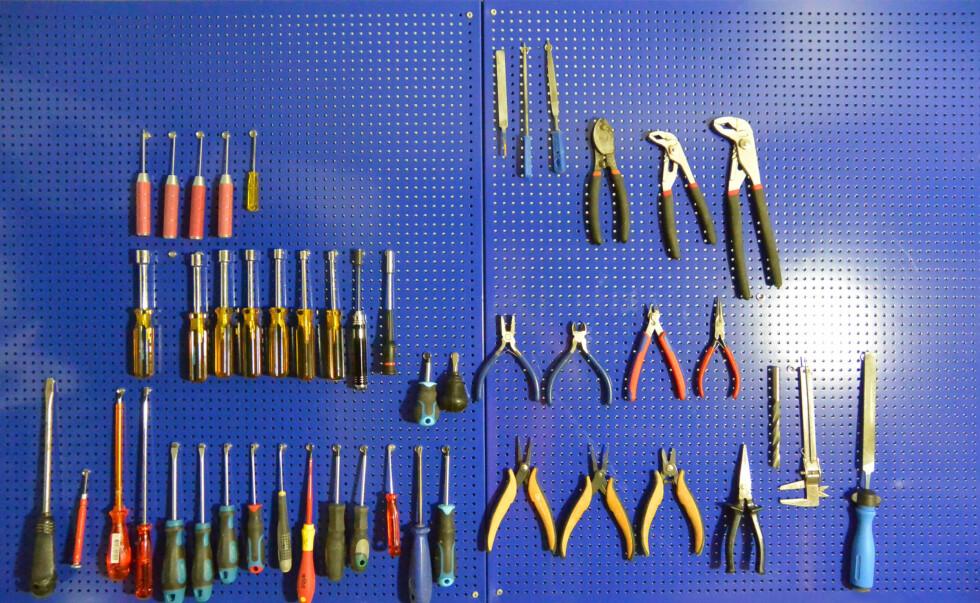 <strong><B>OVERSIKTELIG:</strong></B> Alt småverktøyet henger fint i små neodym-magneter. Foto: BRYNJULF BLIX