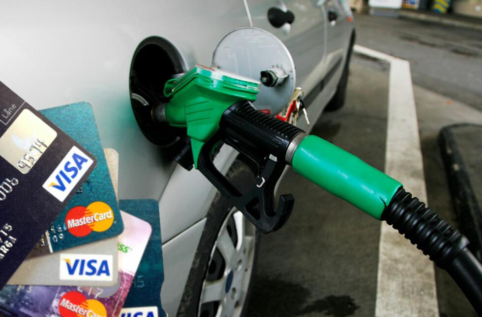RABATT: Flere kredittkort gir rabatt når du fyller drivstoff, men hvor mye avhenger av kortet og hvor du fyller. Foto: RAMA/AUTOFIL/BERIT B. NJARGA