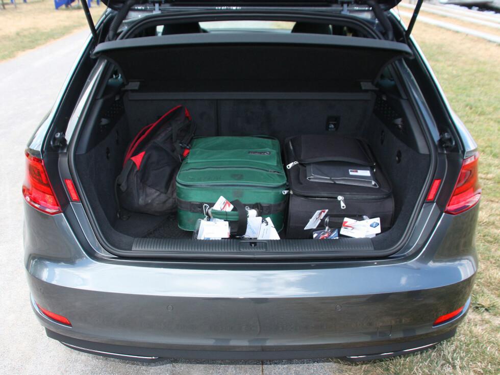 MINUS: 100 liter mindre er det plass til i V60 T5 i forhold til diesel/bensinmodell. Foto: KNUT MOBERG