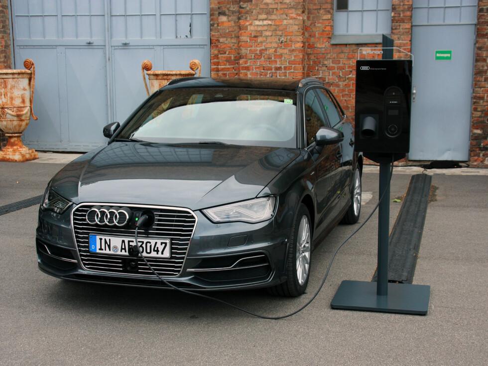 JA, NÅ KAN DEN LADES: Audi har flere moderate hybrider på programmet, men dette er nytt! Nå kan den kjøres som elbil - til og med mesteparten av tiden for mange. Vi kjørte den 73 prosent utslippfritt på vår testrunde. Foto: KNUT MOBERG