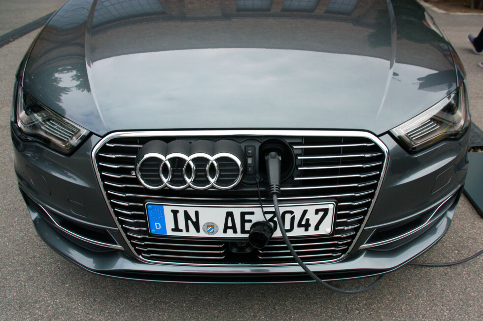 SNEDIG LADEPORT: Med et håndgrep glir Audi-logoen til side, og batteripakken kan lades fra stikkontakt. Foto: KNUT MOBERG