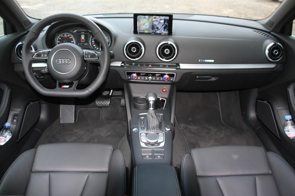 """HØYVERDIG OG """"CLEAN"""": Audi-interiøret i A3 Sportback e-tron er svært likt det man finner i andre Audi-modeller. Foto: KNUT MOBERG"""
