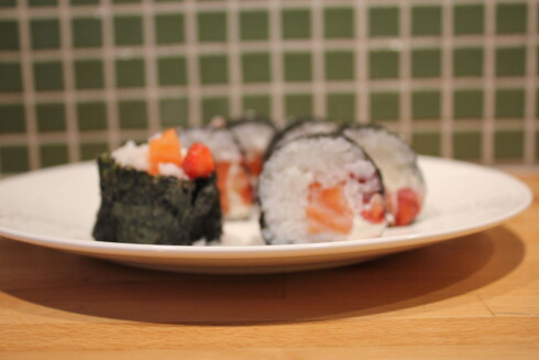<strong><b>Japansk fusion:</strong></b> Jordbær i sushien er mye friskere enn du skulle tro. Denne varianten er også god med litt hakket vårløk i.  Foto: ELISABETH DALSEG