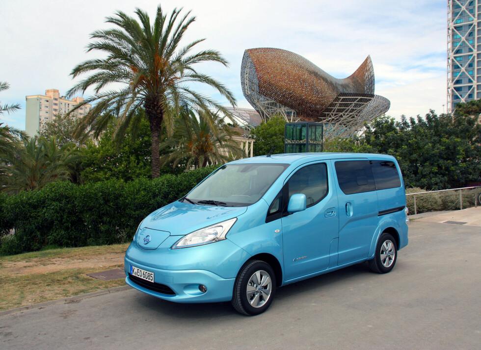 FØRSTE EL-FLERBRUKSBIL: Nå har vi kjørt Nissan e-NV200 og den overbeviser på mange områder. Men det er tross alt en varebil i bunn og grunn og som sådan kanskje enda mer interessant. Som familiefrakter blir rekkevidden på maksimalt 170 kilometer et klart handicap - men den har andre funksjoner den burde passe ypperlig til. Foto: KNUT MOBERG