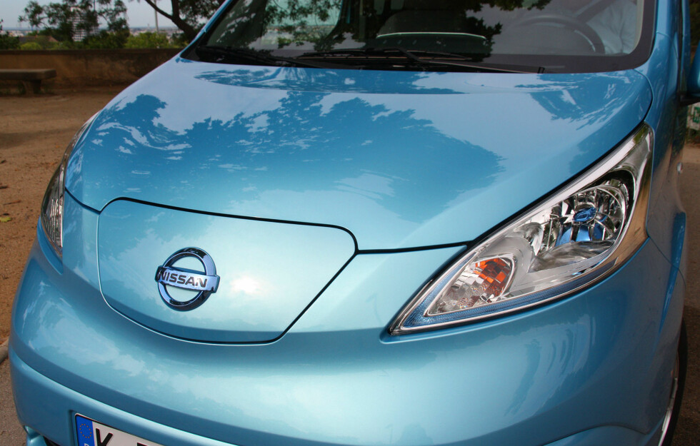 """EGEN SNUTE: e-NV200 har fått Nissans """"elbil-ansikt"""" med egen design. I fronten ser vi ladeporten. Dette forlenger bilen med 16 centimeter. Foto: KNUT MOBERG"""