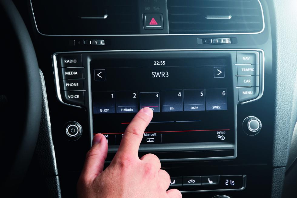 DAB+ STANDARD: Volkswagen har innført DAB+ som standard på sine modeller - her i en Golf. Foto: VOLKSWAGEN