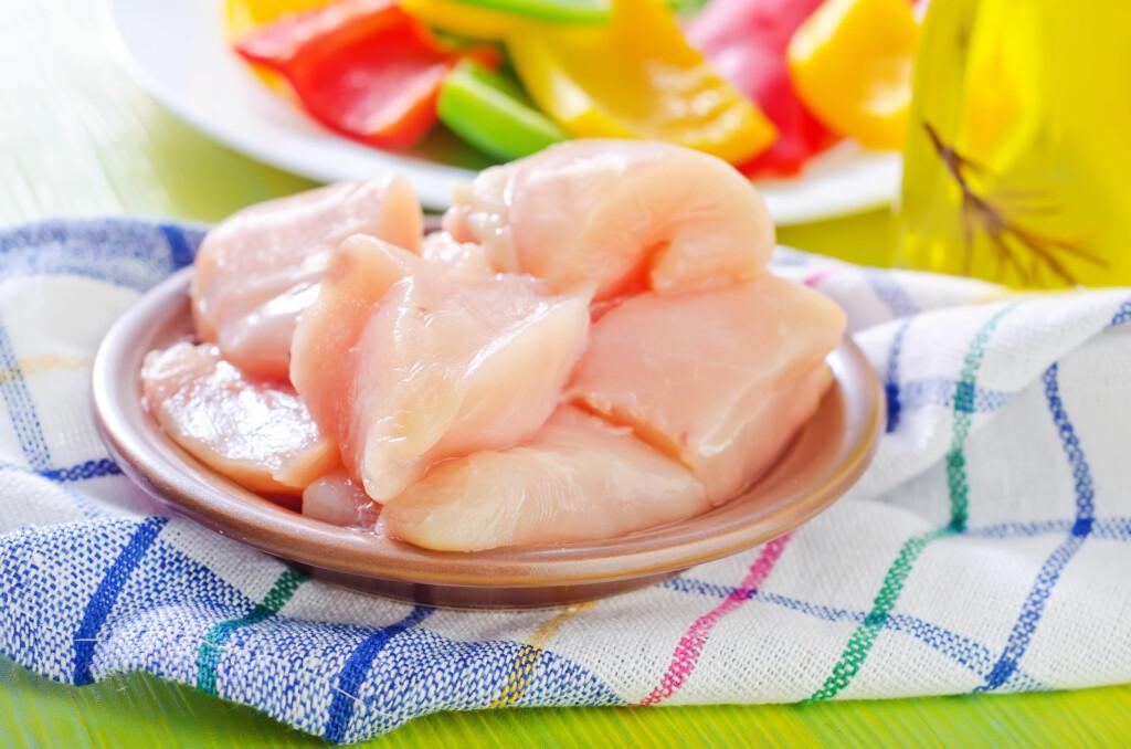 <b>VARM NOK:</b> Det er ikke farlig å spise kylling eller kalkun, til tross for bakterieangrep. Du må bare lære deg hvordan du skal tilberede det.  Foto: COLOURBOX
