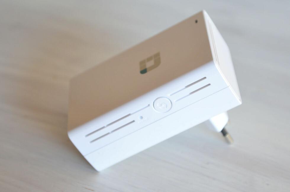 ENKEL I BRUK: DAP-1520 har én knapp og en lysdiode og kobles rett i stikkontakten. Foto: BRYNJULF BLIX
