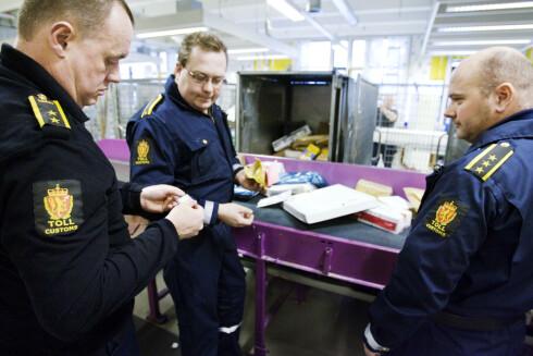 KOMMER HIT: Det er Tollvesenet som best ser Norges forbruk av e-sigaretter. Kontorsjef Jon Aspelund, til venstre, kaller mengden «voldsom».  Foto: ALL OVER PRESS