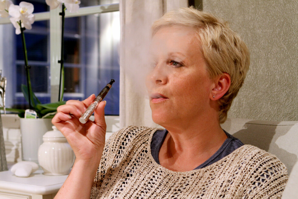 DAMPER: Tonje Skillebæk bruker e-sigaretten innendørs både hjemme og på jobb, og hevder både helsa og økonomien har nytt godt av overgangen fra røyk til damp.  Foto: FRED MAGNE SKILLEBÆK