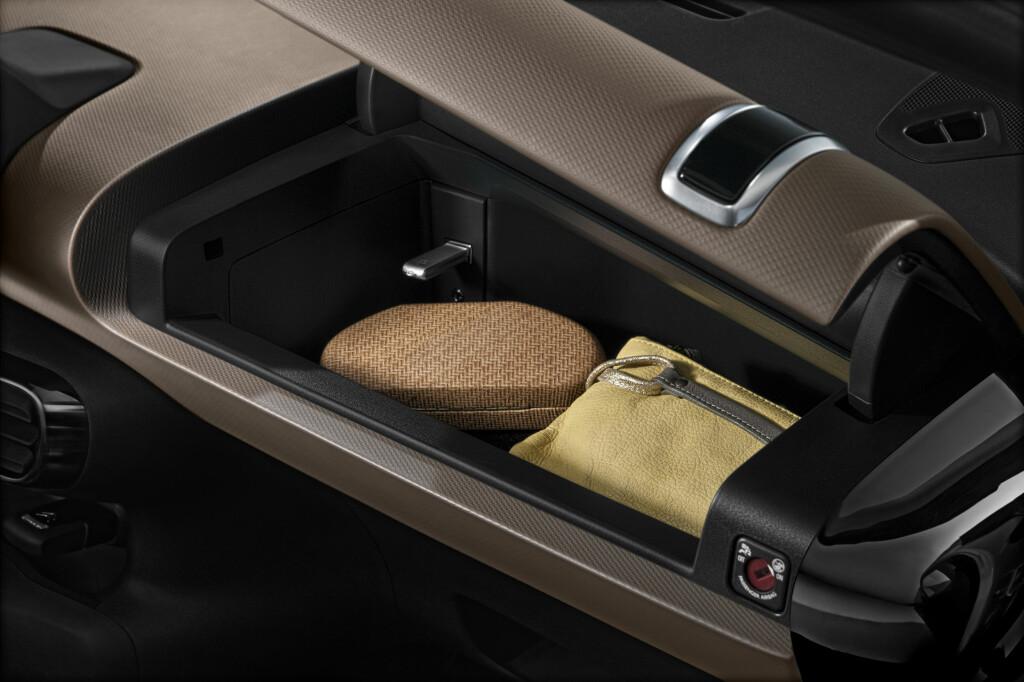 TOP BOX: Ved å ta bort airbagen får man god plass til så mangt i det nye hanskerommet.  Foto: CITROËN