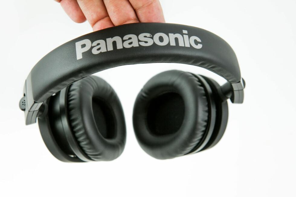 PANASONIC: Fet font, i tilfelle du skulle glemme hvem som har produsert hodetelefonene. Foto: PER ERVLAND