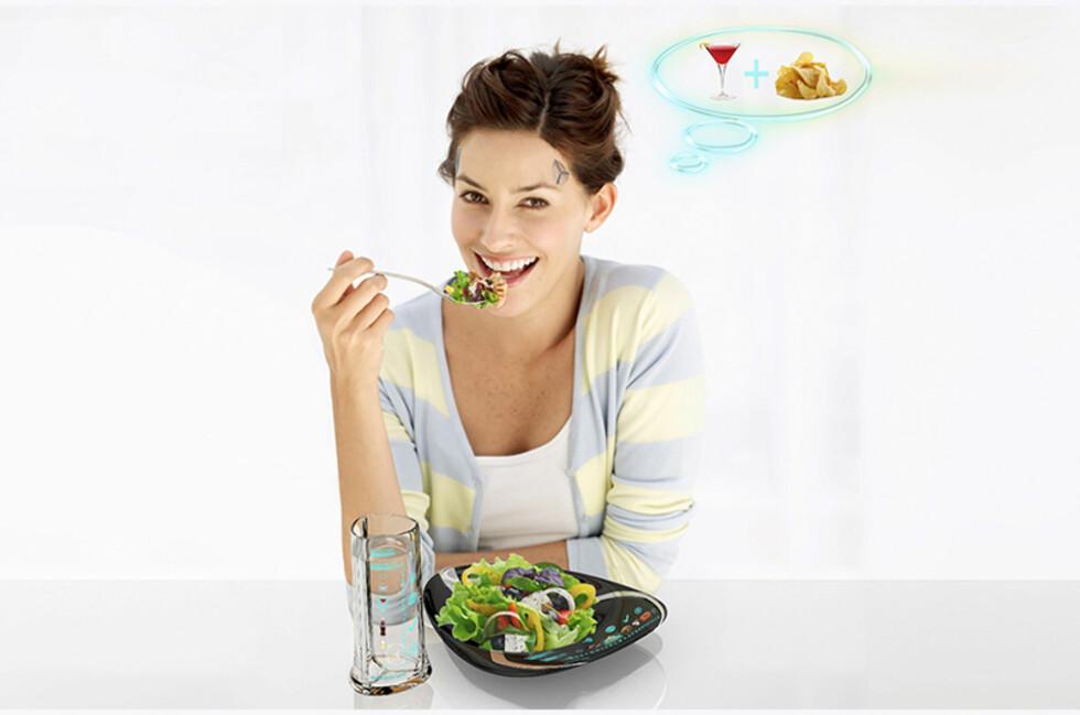 SUNN SØPPELMAT: Et mikrochip-plater i pannen forteller hjernen din at du spiser potetgull og drikker drinker, mens du i realiteten konsumerer salat og vann.  Foto: Electrolux Design Lab