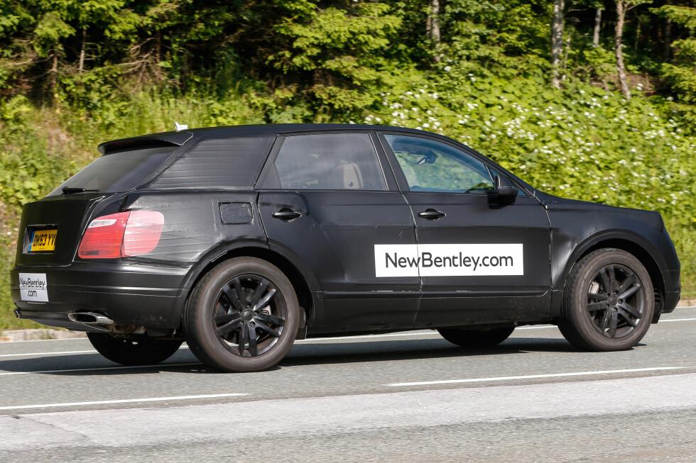 SKJULTE FORMER:Den svarte folien skjuler noen av bilens mest utpregede linjer, men man ser likevel tydelig bilens fasong. Foto: Automedia