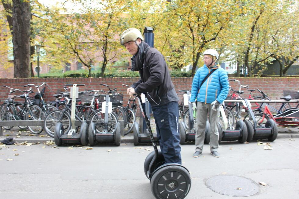 IKKE PÅBUDT: Det er ikke påbudt med hjelm. Ikke alle er like glade for det.  Foto: Kristin Sørdal