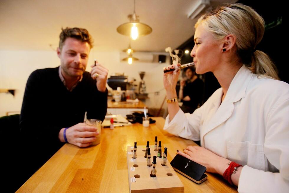 INNENDØRS: Du kan røyke e-sigaretter innendørs i Norge. Men regelverket rundt kjøp er langt mer komplisert.  Foto: ALL OVER PRESS